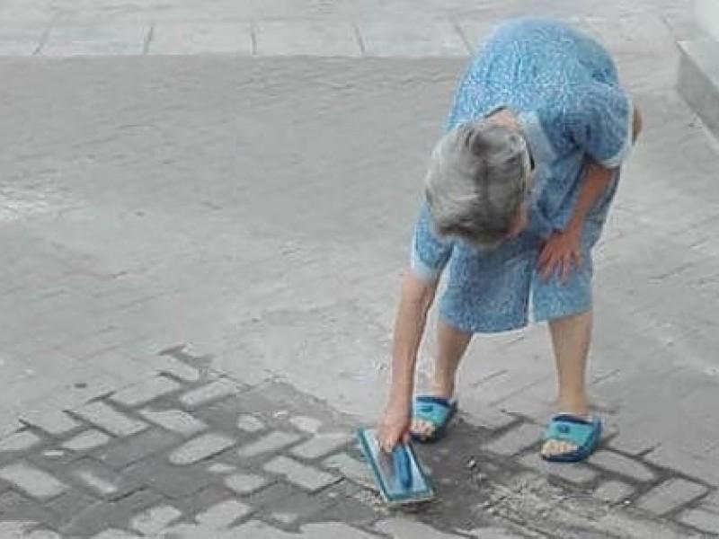 Palermo. La nonnina si stanca di aspettare e ripara il marciapiede da sola