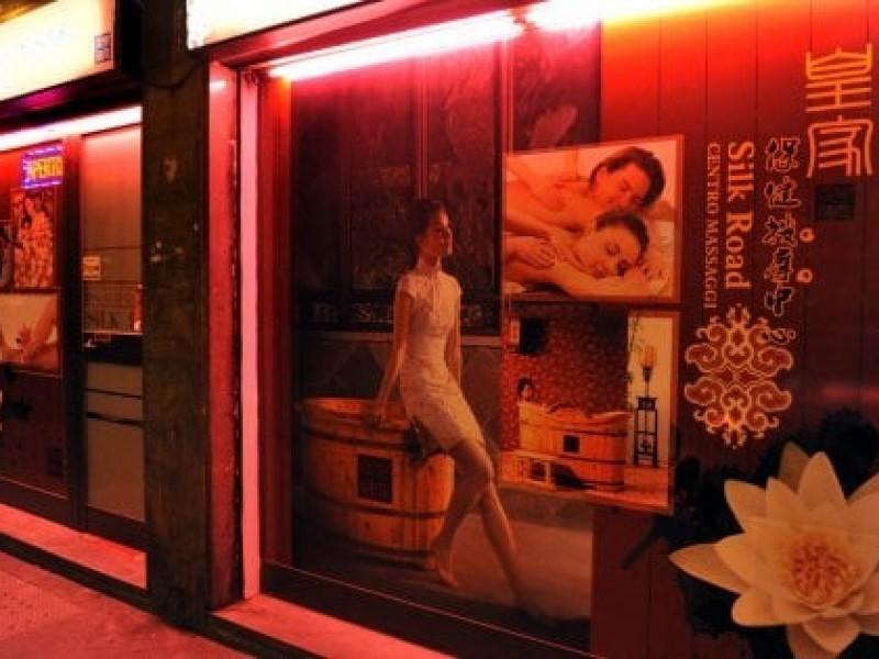 «Mio marito dissipa la pensione nel centro massaggi», scoperto giro di prostituzione cinese