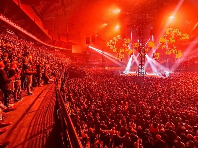 Metallica a Bologna, tra le fiamme parte «Nel blu dipinto di blu»