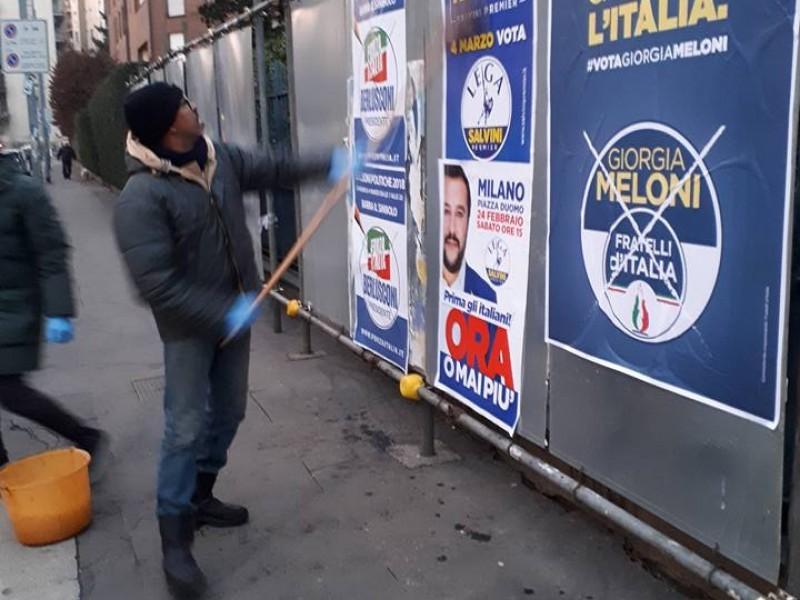 """Manifesti Lega, Fdi e Fi """"prima gli italiani"""". Ma li attaccano i migranti"""