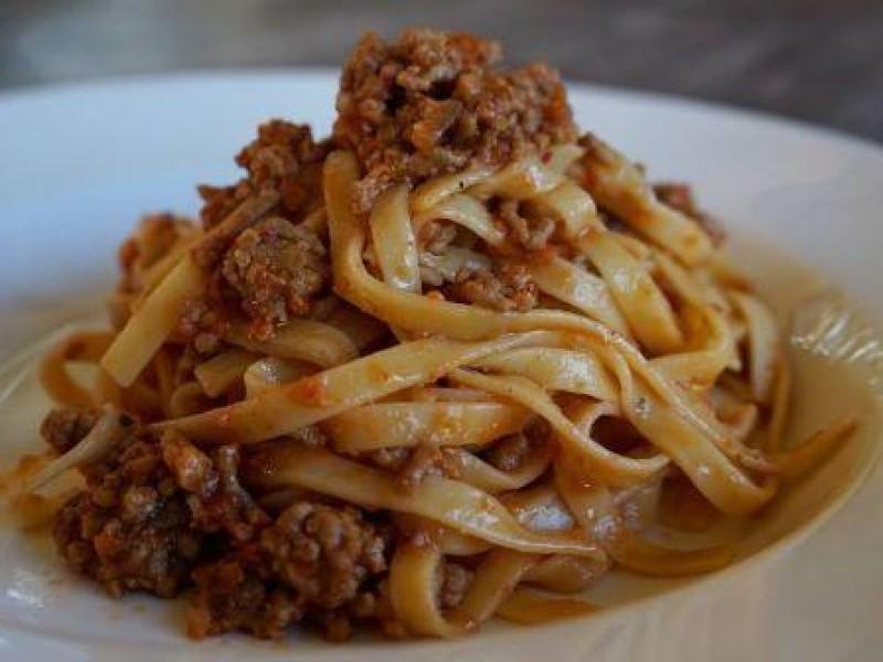 Modena, una donna cucina il ragù e la figlia vegana la minaccia con il coltello
