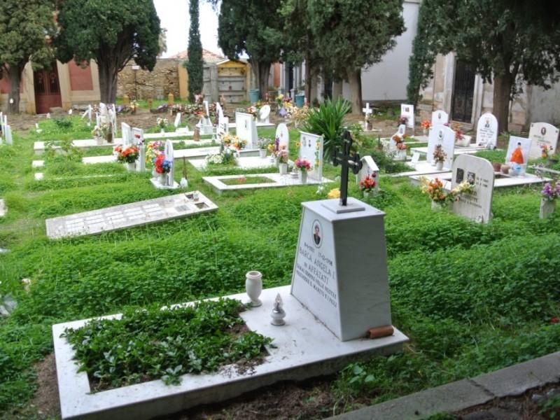 Piangono sulla tomba della stessa donna, rissa tra due pensionati