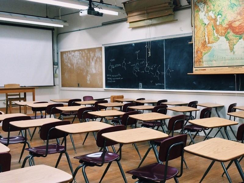 Il preside entra in classe e interroga il professore