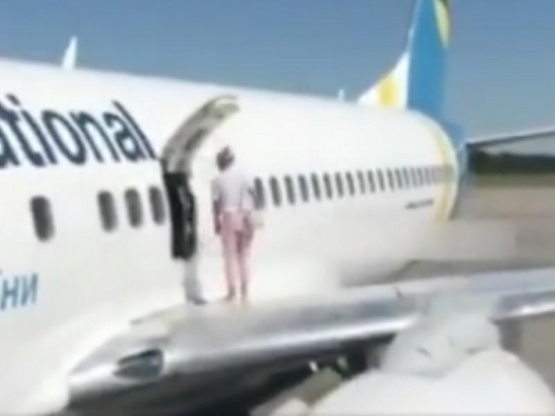 Sente troppo caldo: donna apre il portello d'emergenza e cammina sull'ala dell'aereo