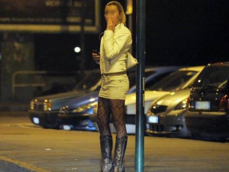 Napoli, va a prostitute e trova la moglie: scatta la rissa