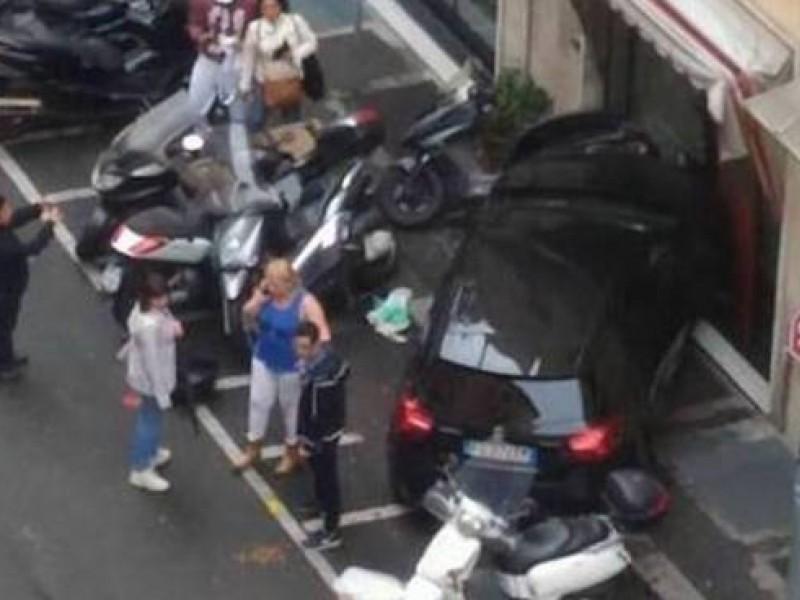 """""""Signora, gliela parcheggio io"""", con l'auto di una sconosciuta sfonda una vetrina"""