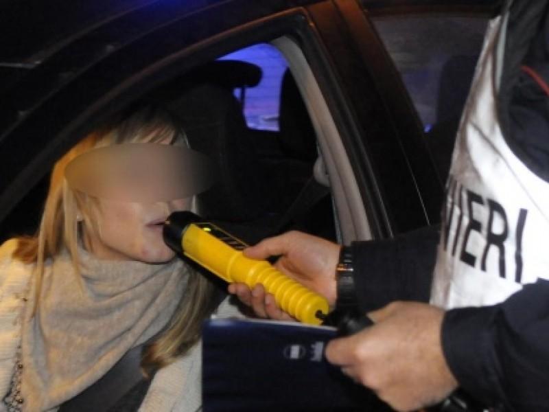 Si imbatte nei vigili, scende e spinge l'auto a mano per evitare l'alcoltest