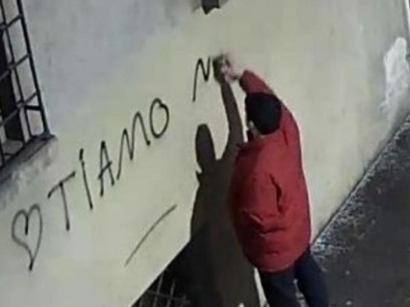 """Reggio Emilia, denunciato imbrattatore """"narciso"""": scriveva sui muri dichiarazioni d'amore a se stesso"""