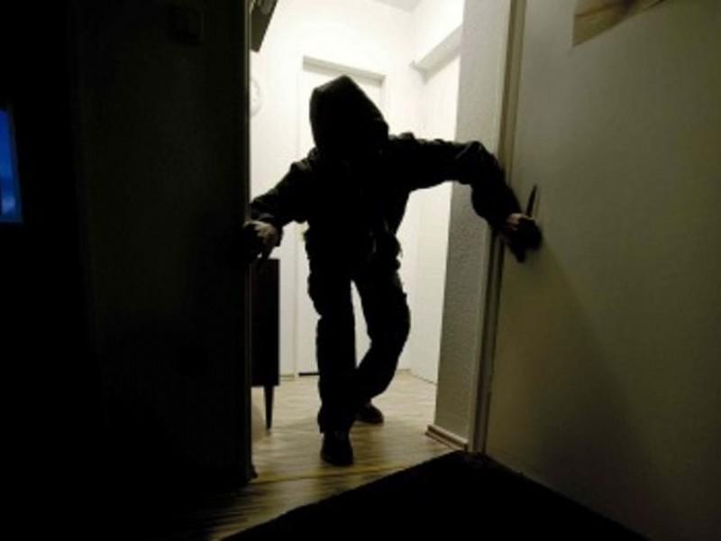 Ladro tenta di derubare una escape room, ma rimane intrappolato. Costretto a chiamare la polizia